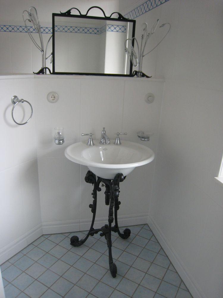 waschbecken aus keramik auf gusseisernen f en im jugendstil. Black Bedroom Furniture Sets. Home Design Ideas